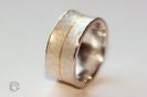 Struktur im Ring in 925°°° Silber und Feingold
